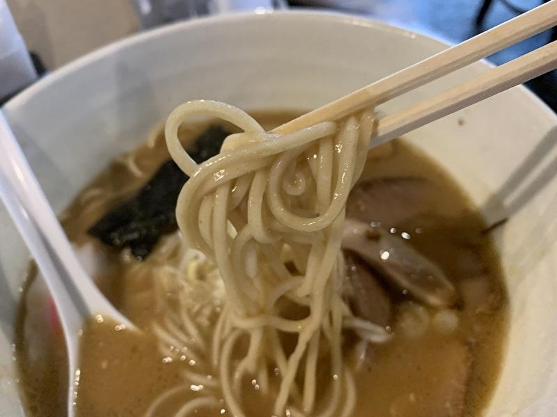 三ツ矢堂製麺 中目黒 ラーメンの麺アップ