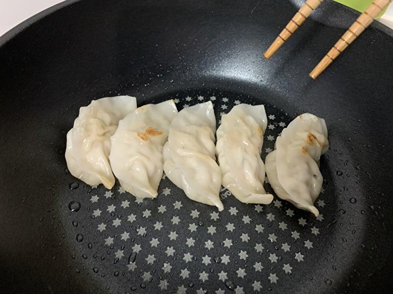 中目黒 目黒五十番 肉まん 餃子を焼く