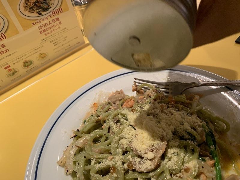 関谷スパゲティ 紅鮭とほうれん草カルボナーラ 追いチーズ