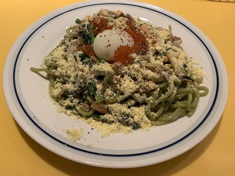 関谷スパゲティ 紅鮭とほうれん草カルボナーラ